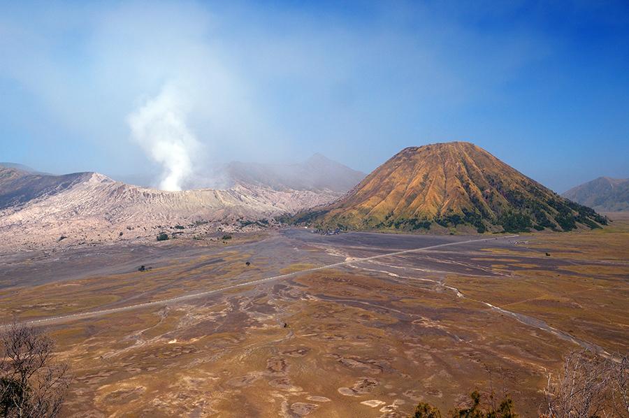 Moře písku v kaldeře před vulkány Bromo a Batok.