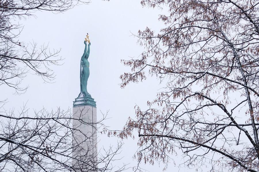 Dívka Milda drží trojici hvězd, symbolizující tři lotyšské provincie, ve výšce 42 metrů. // Riga, Lotyšsko