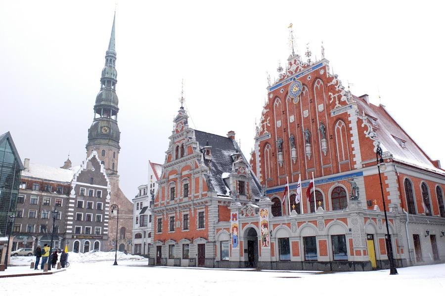 Radniční náměstí, bazilika svatého Petra na pozadí. // Riga, Lotyšsko