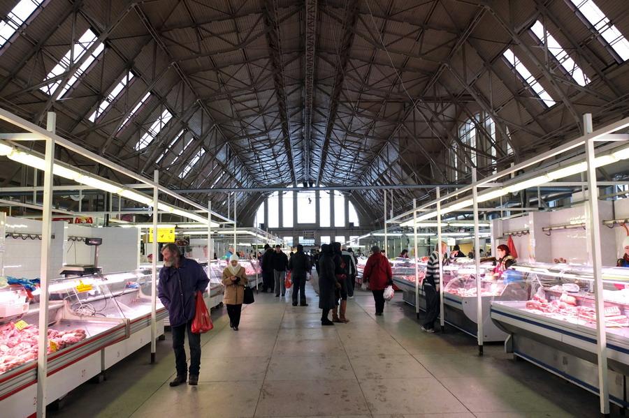 Jedna z největších tržnic v Evropě sídlí v pěti hangárech, kde Němci před osmdesáti lety montovali Zeppeliny. // Riga, Lotyšsko