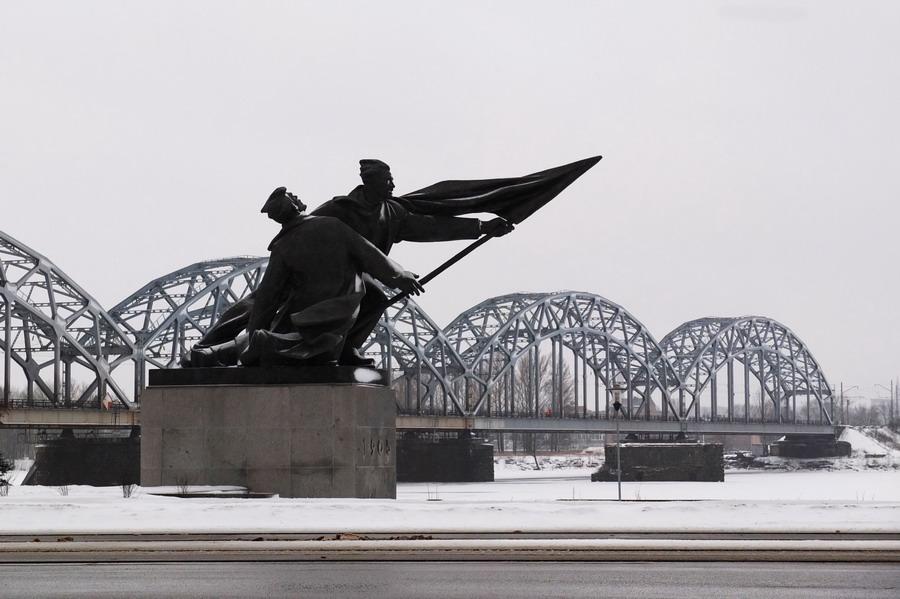 Jeden z nepočetných pomníků, zde památník revolucionářů z roku 1905. // Riga, Lotyšsko
