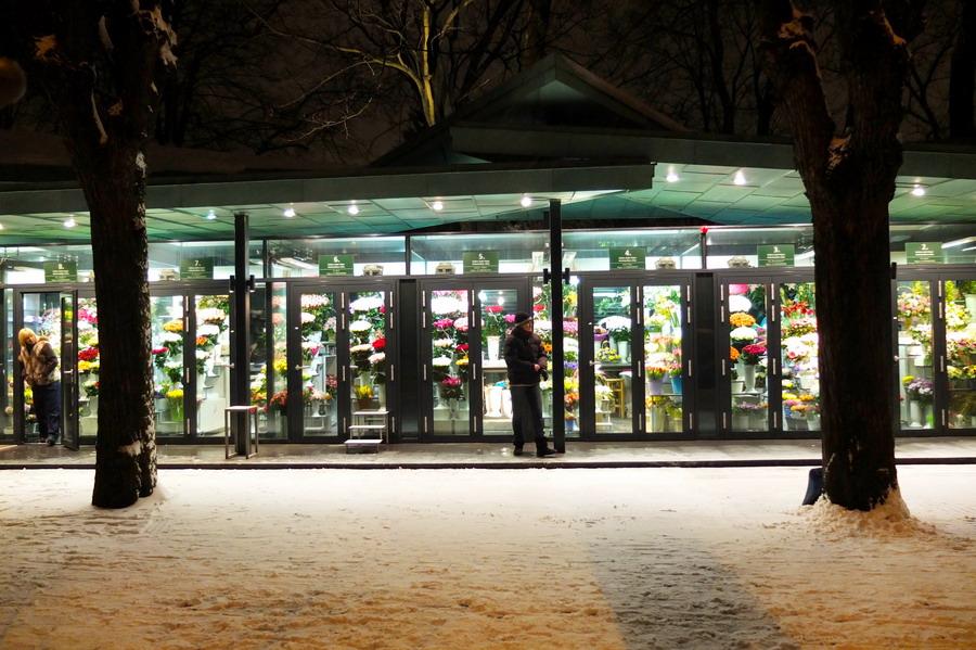 Prodej květin, třicítka malinkých prodejen v jedné řadě. // Riga, Lotyšsko