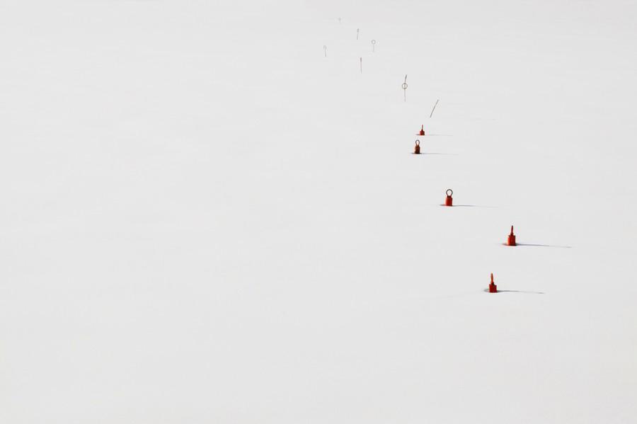 Zátky v ledu, jak je zde zanechali rybáři. Riga, město secesních památek. // Riga, Lotyšsko