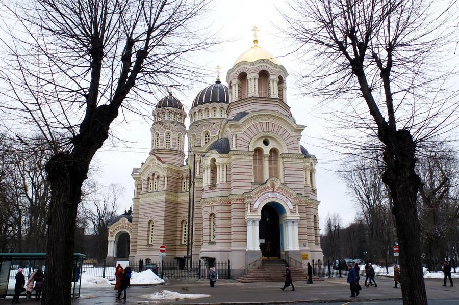 Pravoslavný chrám Narození Páně dominuje jednomu z velkých parků v centru města. // Riga, Lotyšsko