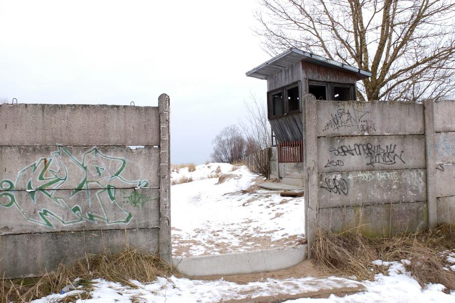 Cestu jsme si mohli zkrátit skrze opuštěný průmyslový komplex, ve strážních věžích strašil leda tak vítr.