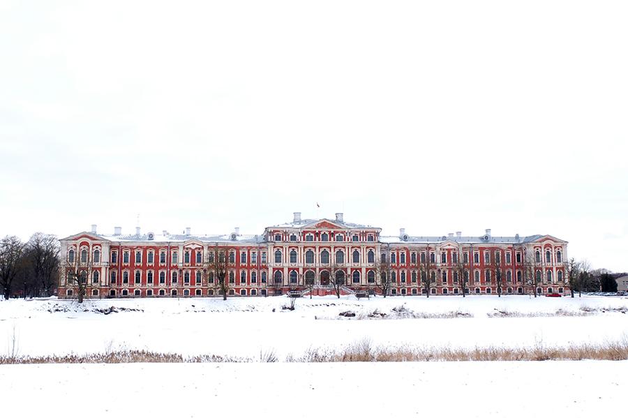 Impozantní palác v Jelgavě.