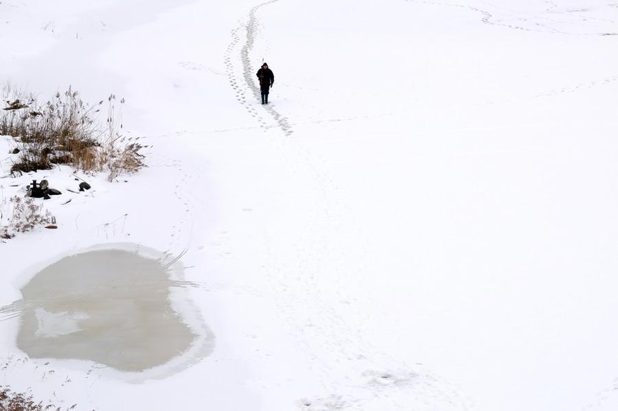 V době, kdy jsme zde byli, led začínal tát. Osobně jsem po ledu raději nechodil... přemýšlím, jak místní poznají kdy už to není úplně bezpečné.