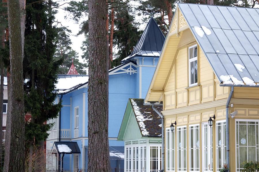 Klasické dřevěné domy, typické pro celou oblast. Snad jen přímo v Rize byly méně zdobné.