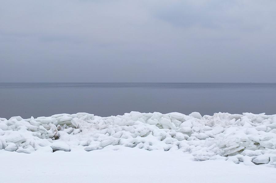 Ledová bariéra lemuje moře.