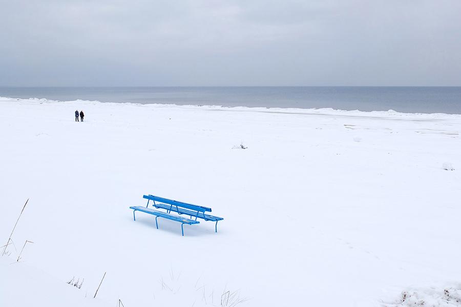 Opuštěné lavičky v bílém prázdnu působily silně surrealisticky.