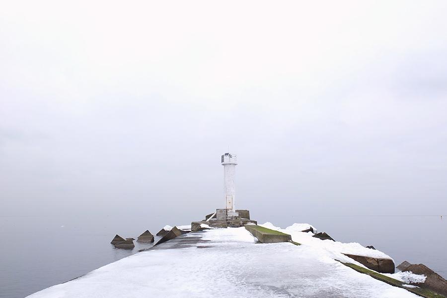 Kilometr od pobřeží, na konci hráze chránící ústí Daugavy. Jen racci a my.