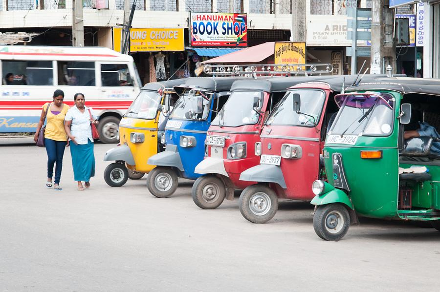 Tuk-tuky, motorky křížené s tříkolkou, jsou nejčastějším prostředkem nájemní dopravy.