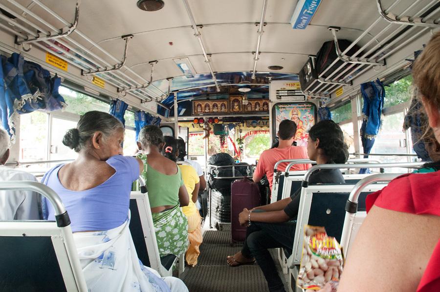 Zatím ještě poloprázdný autobus. Hlídáme si místa půl hodiny před odjezdem, abychom nemuseli stát.