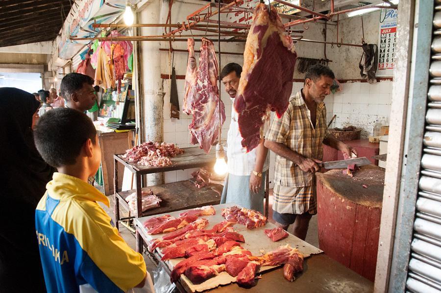 Prodej masa na tržnici v Kandy.