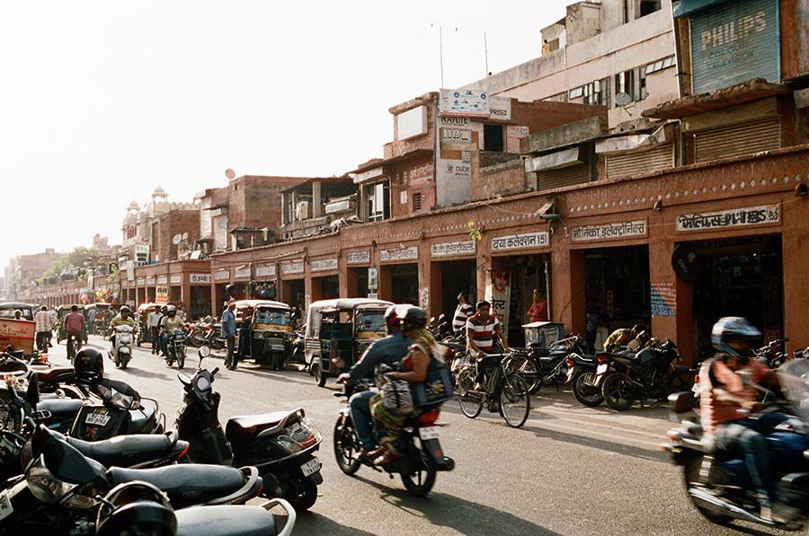 Jaipur, Indie - ulice plné motorek a tuktuků