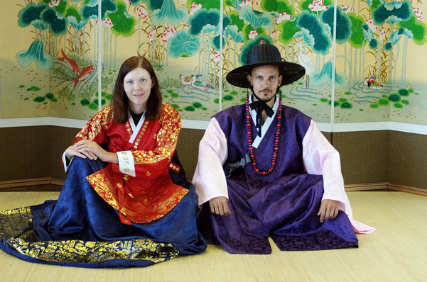 Mili a já v korejském kulturním centru na letišti v Soulu. Na sobě máme místní tradiční kostýmy.