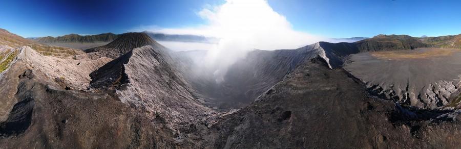 Sopečné pole kolem dýmajícího vulkánu Batok.