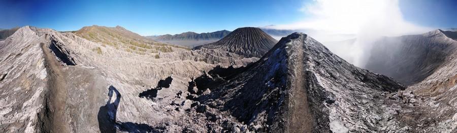 Jen velmi úzká cesta vedla kolem kráteru - místy nezbylo než schovat foťák a lézt po čtyřech.