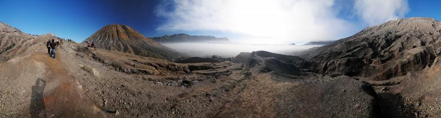 Mlha se válí v kráteru, při výstupu na Batok stoupáme vysoko nad ní.