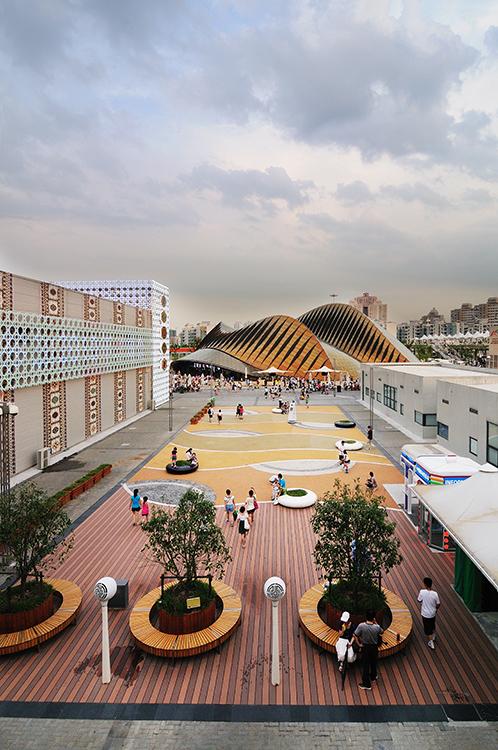 Relaxační plocha s UAE pavilonem v pozadí.