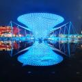 Expo Axis a budovy zrcadlící se ve vodě, co zůstala v prostoru fontány.