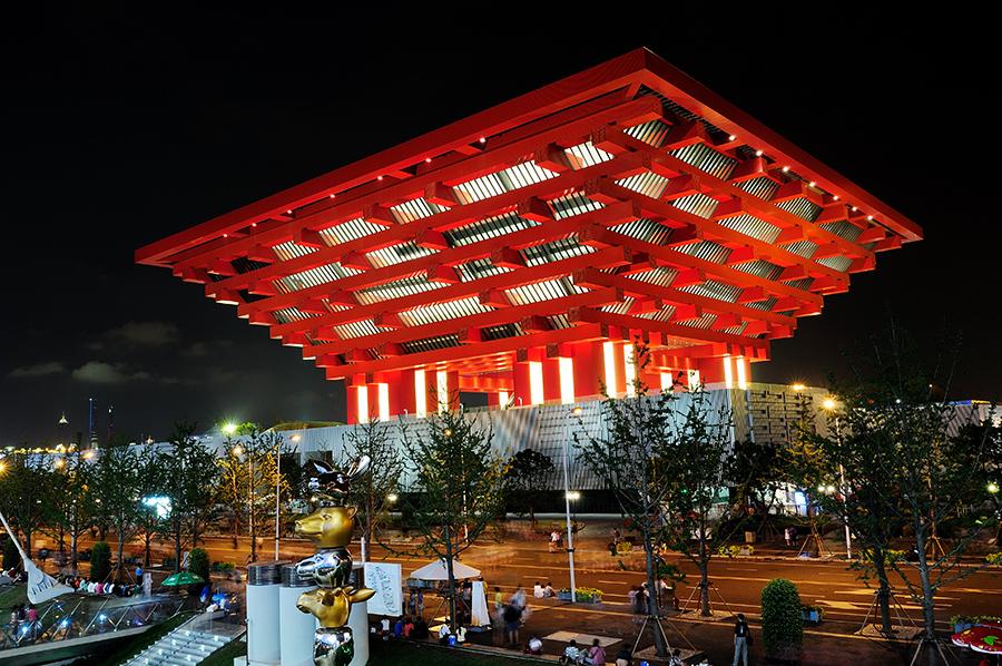 Až po návštěvě výstaviště jsem si uvědomil, že všude na propagačních plakátech není fotografie čínského pavilonu, ale zdařilý 3D model. Není totiž umístěn tak, aby se dal ideálně nafotit.