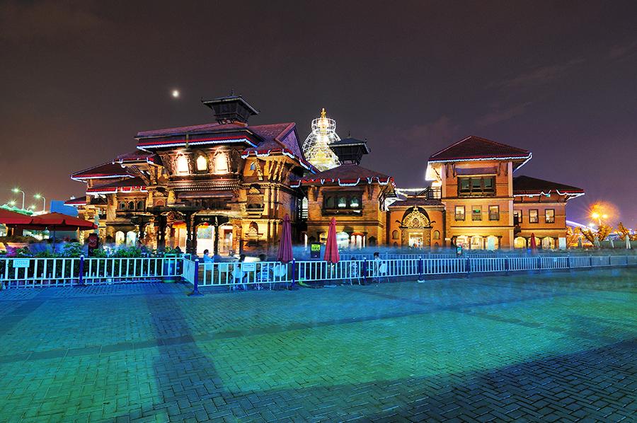 Pohádkový nepálský pavilon, na nasvícenou věž v pozadí se dalo vylézt a byl odtamtud pěkný výhled.