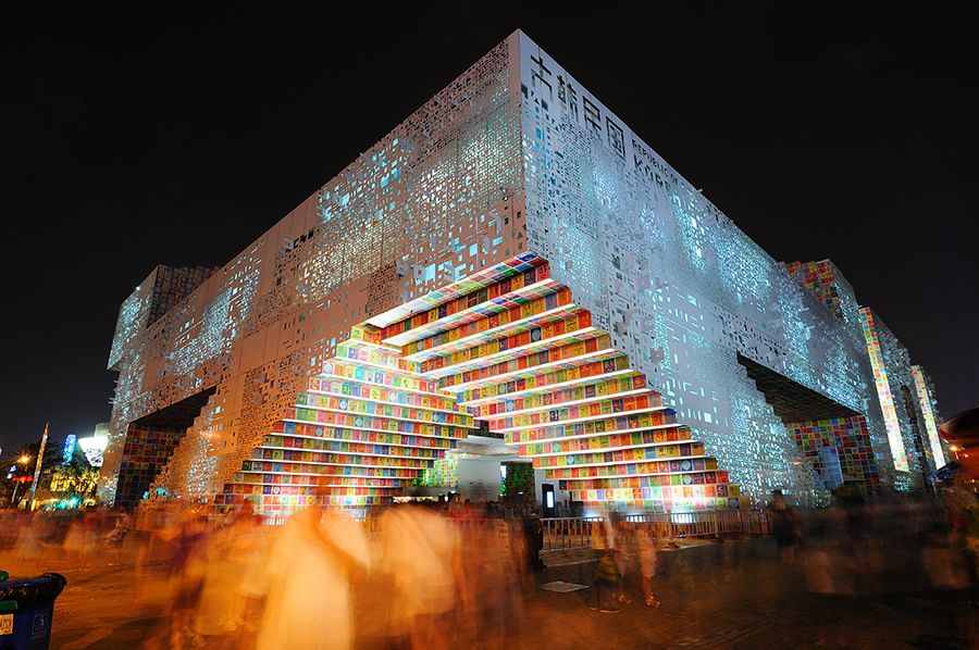 Korejský pavilon s velmi nápaditou a barevnou fasádou.