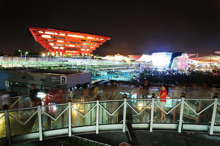 Pohled z nepálského pavilonu přes asijskou sekci směrem k čínskému.