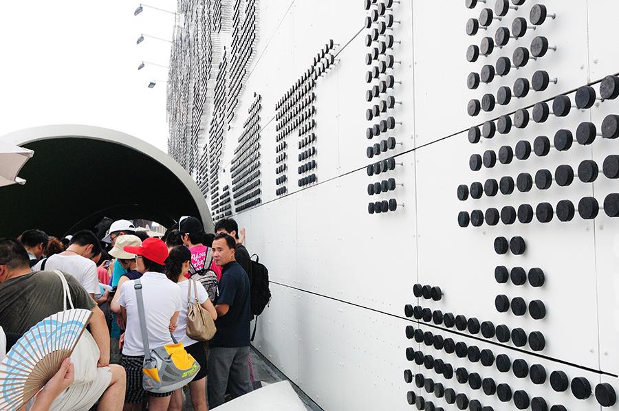 Vstup do pavilonu. Za povšimnutí stojí perforace na stěně (vlevo dole), kde snad dříve také byly puky?