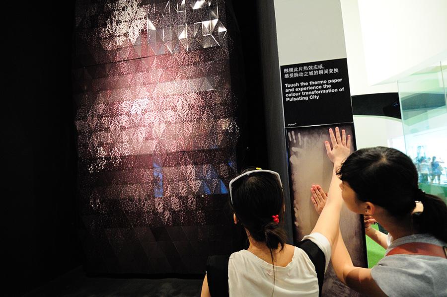 Návštěvníci marně čekají na odezvu interaktivního panelu...