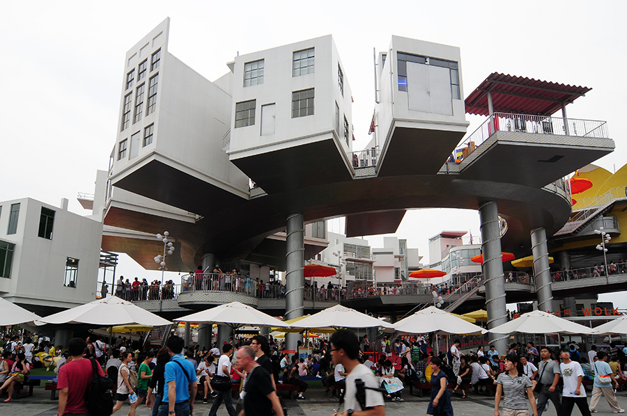 Nizozemci představili opravdu divoký pavilon, plně dostávající svému názvu: *Happy Street* :)