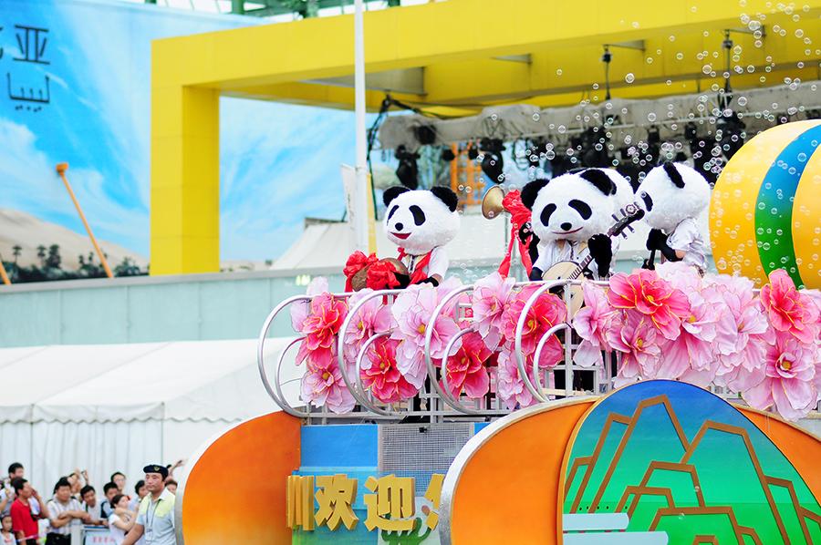 Hudební pandí skupina v čele odpoledního průvodu.