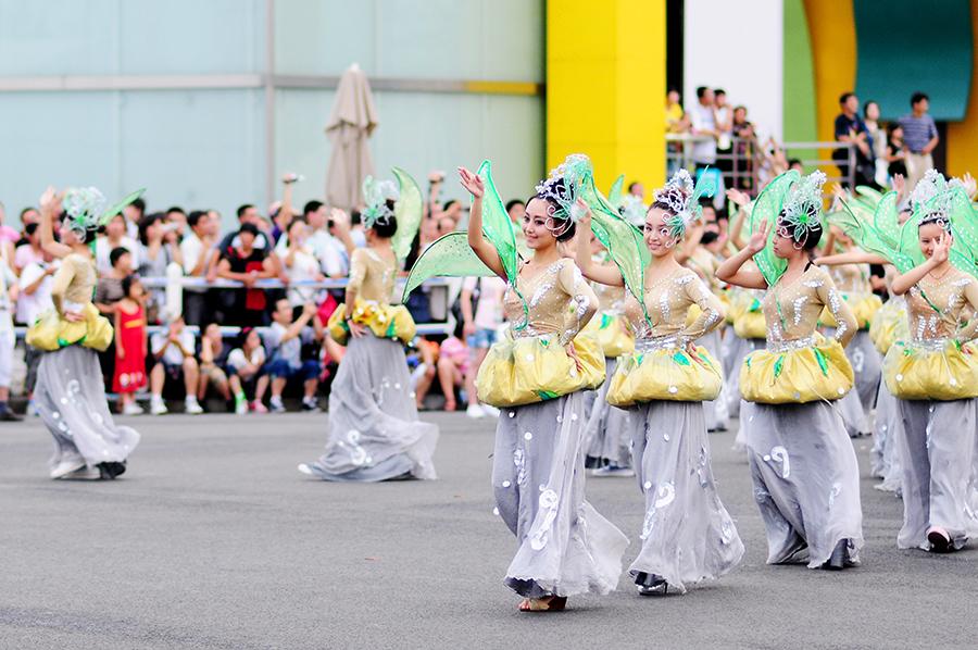 V průvodu následovaly skupiny tanečníků v kostýmech.