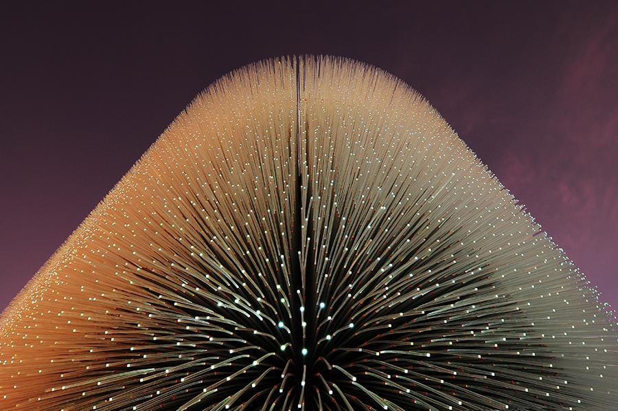 60.000+ akrylátových tyčí ve dne přenáší denní světlo dovnitř, v noci získávají světlo z umělých zdrojů.