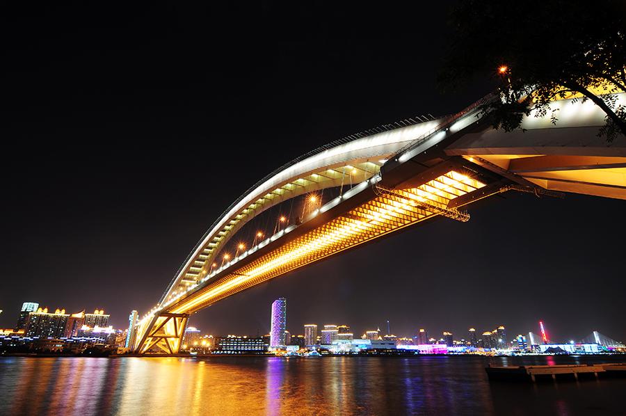 Takhle ten most ani nevypadá tak obrovský, jak byl. Ale když si vezmete, že pod ním jezdí i ty největší nákladní lodě...