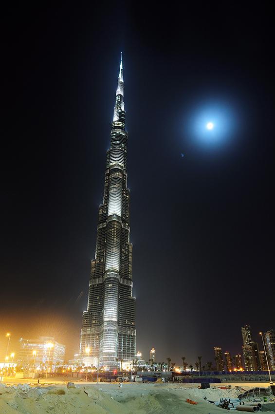 Burj Dubai, dočasně nejvyšší budova světa. Žel vše je tu tak veliké, že člověk zcela ztrácí měřítko, nedokáže ocenit její velikost. A jistě, staveniště kolem...