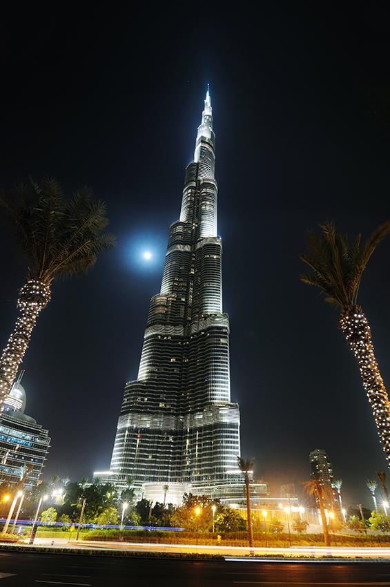 Burj Dubai, nebo nově Burj Khalifa - stojí tak trochu osamoceně... nebo to alespoň tak vypadá, při její výšce.