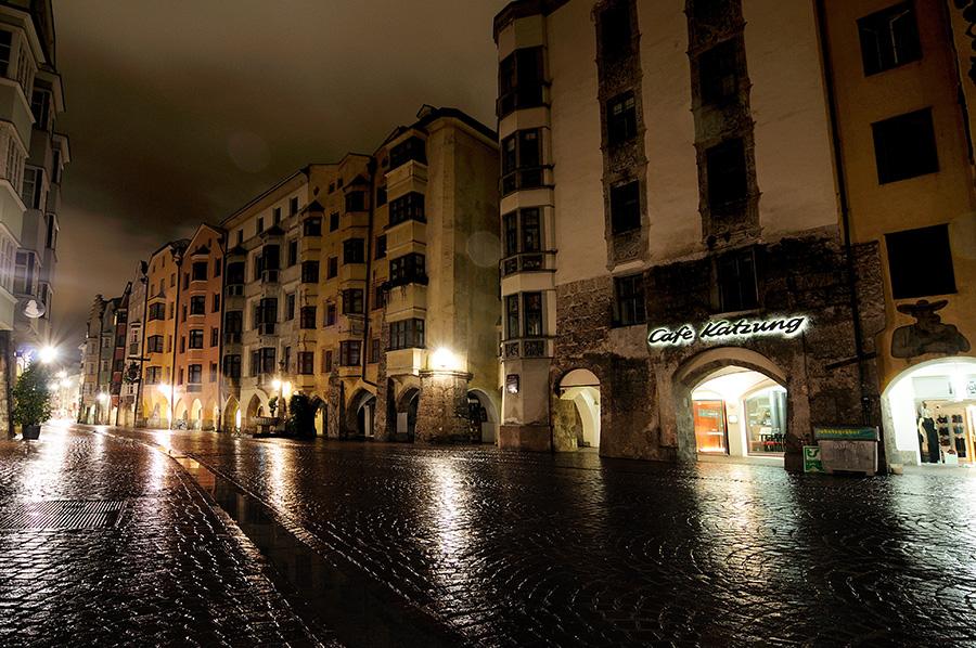 Zmoklá hlavní třída v historickém centru Innsbrucku.
