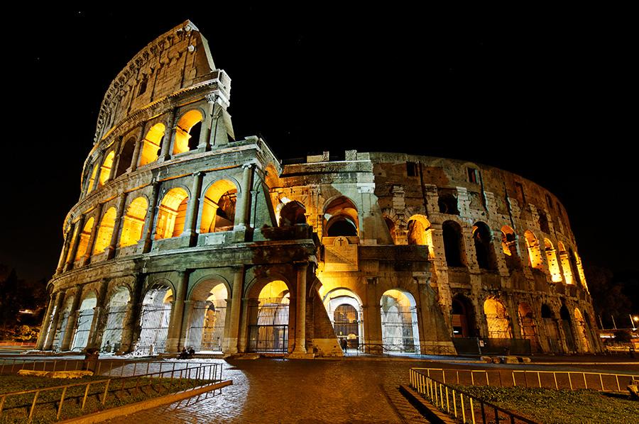 noční pohled na Koloseum, Řím, Itálie