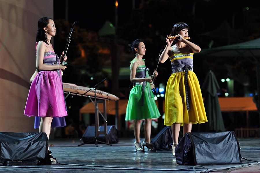 Asia Square a hudební představení s hrou (i) na tradiční nástroje.