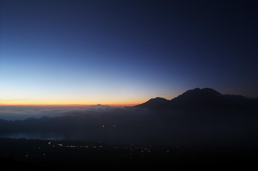Svítání. Pod námi jezero Batur.