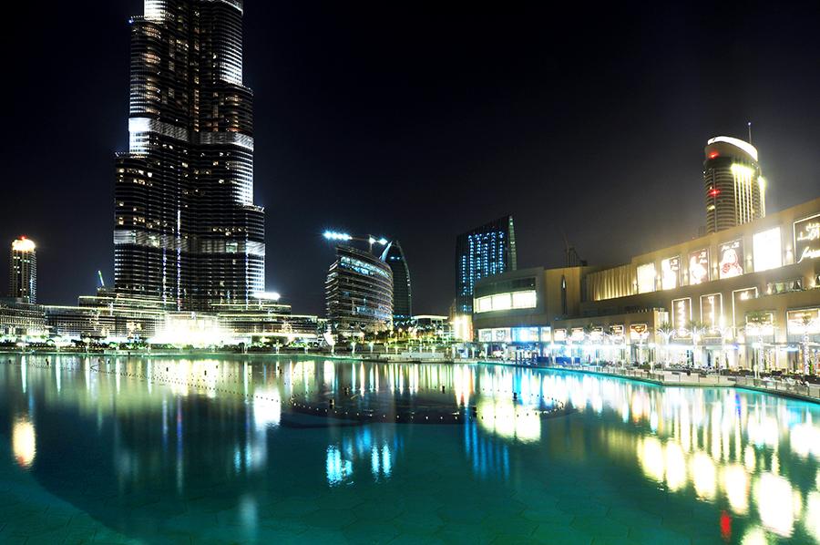 Jezírko s fontánou před Burj Dubai.