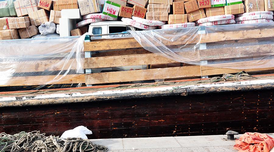 Starý přístav - auto na dřevěné bárce zasypané krabicemi :)