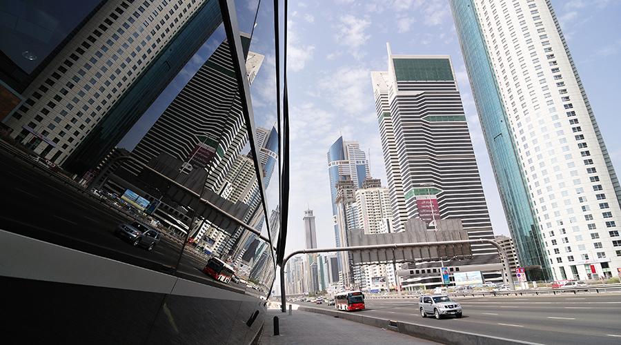 Sklo, ocel... mrakodrapy zrcadlící se na stěně zastávky metra.