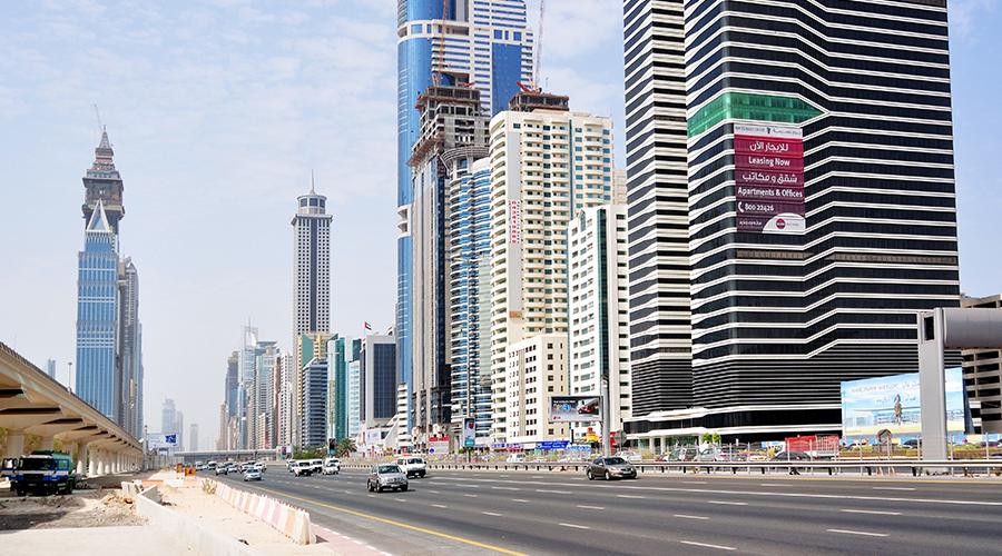 Srdce Dubaje, Sheikh Al Zayed Road obklopená mrakodrapy... a rozestavěnou nadzemkou.