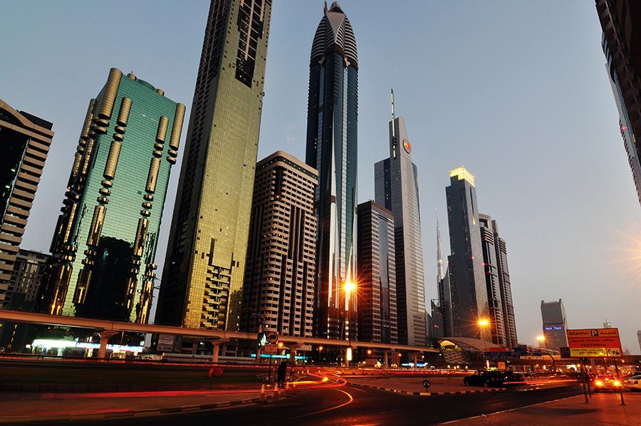 Sheik Zayed Road při západu slunce.