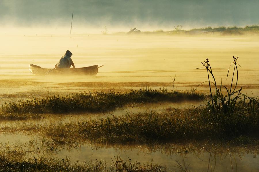 Rybář na jezeře Batur.
