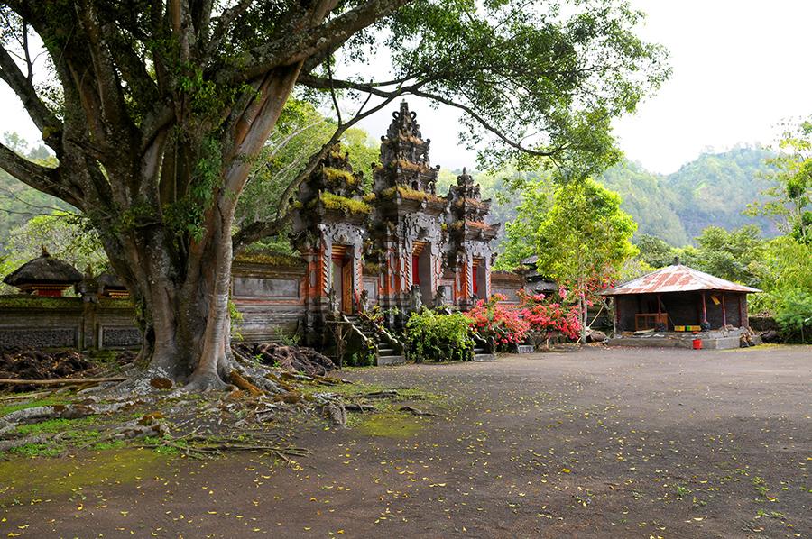 Zapomenutý chrám za vulkánem Batur.