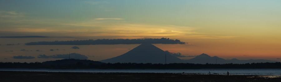 Západ slunce na Bali, viděno z malebného Gili Air